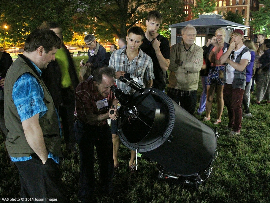 Astronomer Jason Kendall (left) shares the view through his 15-inch-diameter telescope with visitors to Boston Common at a star party held during the June 2014 meeting of the American Astronomical Society. Image Credit: AAS photo (C) 2014 Joson Images.
